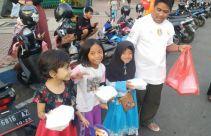 Setiap Hari Bekal Rp 5 Ribu, Guru Honorer Ini ke Sekolah Menumpang Truk Tebu - JPNN.com
