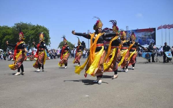 Tarian dan Musik Tek Tek Memeriahkan Pameran Alutsista TNI - JPNN.com