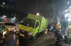 Truk Terjebak Jalan Ambles di Palmerah saat Jakarta Diguyur Hujan Deras - JPNN.com