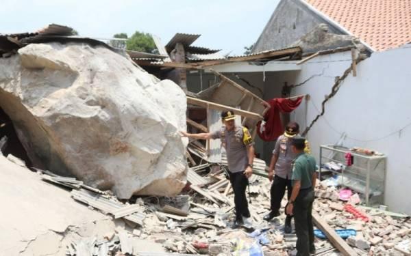 Terdengar Suara Ledakan, Disusul Bebatuan Menghujani Rumah Warga dan Sekolah - JPNN.com