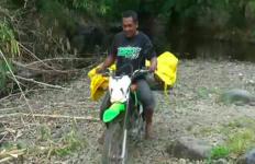 Aksi Heroik, Aipda Zakki Evakuasi Mayat Perempuan dengan Motor dari Hutan - JPNN.com