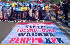 Bertopeng Joker, Massa Datangi DPR Minta Perppu Ditolak - JPNN.com