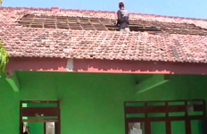 Atap Sekolah Tiba-Tiba Ambruk, Para Siswa Terpaksa Dipindahkan - JPNN.com