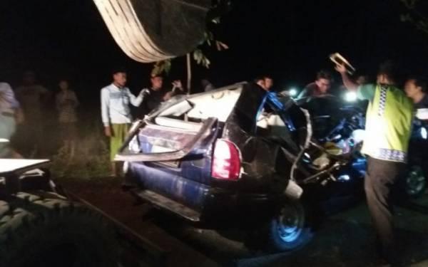 Mobil Tertimpa Pohon Tumbang di Situbondo, Tiga Penumpang Tewas - JPNN.com