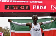 Sambil Tersenyum, Eliud Kipchoge jadi Manusia Pertama yang Lari Maraton Kurang dari 2 Jam - JPNN.com