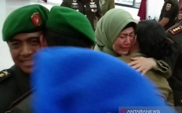 Istri Eks Dandim Kendari yang Nyinyir Soal Wiranto Ditusuk Menangis saat Suami Sertijab - JPNN.com