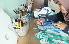 Berbekal Kreativitas dan Sandal Jepit, Dinda Dapat Omzet Rp 1,5 Juta per Bulan - JPNN.com