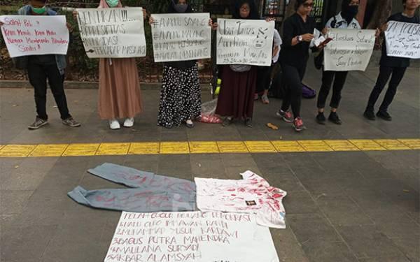 Usung 4 Tuntutan, Mak-Mak Unjuk Rasa di Depan Mapolda Metro Jaya - JPNN.com