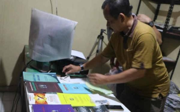 Buku-Belati Diamankan dari Rumah Terduga Teroris Jaringan JAD di Cirebon - JPNN.com
