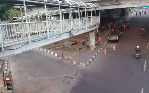 Ditabrak Truk, Jembatan Penyeberangan Halte Grogol Rampung Diperbaiki - JPNN.com