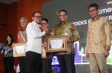 Menaker Hanif Dhakiri Serahkan Penghargaan IPK 2019 - JPNN.com
