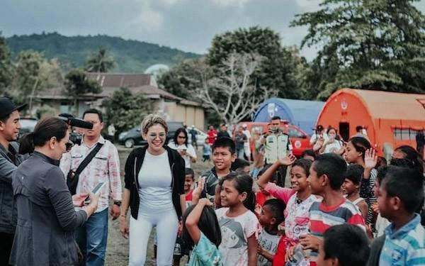 Nikita Mirzani Kunjungi Korban Gempa Ambon - JPNN.com
