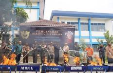 Bea Cukai Pematang Siantar Musnahkan Rokok dan Miras Ilegal - JPNN.com