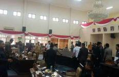 Rapat Paripurna Ricuh, Dua Anggota Dewan Terpaksa Dilerai, Ternyata Ini Penyebabnya - JPNN.com