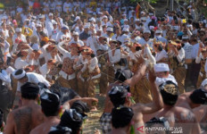Perang Ketupat, Tradisi Warga Desa Kapal Bali untuk Memohon Kemakmuran - JPNN.com