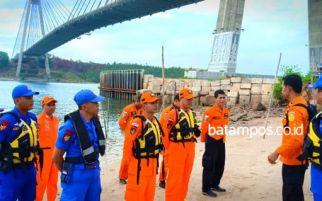 Pria Turun dari Mobil dan Langsung Terjun Bebas dari Jembatan Barelang