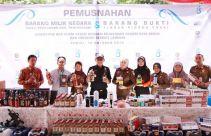 Bea Cukai dan Kejari Kediri Memusnahkan 1.119 Botol Miras dan 72.836 Batang Rokok Ilegal - JPNN.com