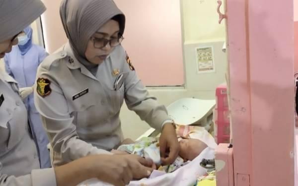 Sesosok Bayi Perempuan Ditinggalkan Ibunya dalam Bak Mobil Pikap - JPNN.com