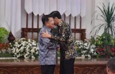 Momen Presiden Jokowi Merangkul Pak JK Jelang Akhir Tugas Kabinet Kerja - JPNN.com
