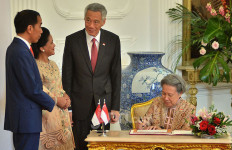 So Sweet, Pak Jokowi Momong Cucu Dulu Sebelum Pelantikan Presiden dan Wapres - JPNN.com
