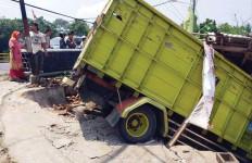 Ngeri, Truk Tabrak Bengkel Motor di Pandeglang Banten - JPNN.com