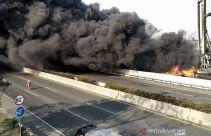 Pipa di Ruas Tol Purbaleunyi Kebakaran - JPNN.com