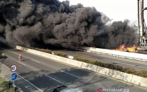 Jasa Marga Alihkan Lalu Lintas Akibat Kebakaran Pipa Milik Pertamina - JPNN.com