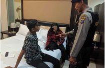 Sepasang Remaja Lagi Asyik Berduaan di Kamar Hotel Saat Polisi Datang - JPNN.com