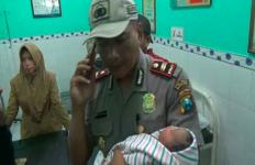 Bayi Perempuan Itu Baru Dilahirkan Dua Jam Langsung Dibuang Ibunya dalam Kardus - JPNN.com