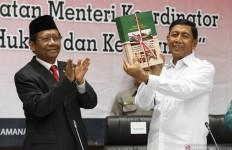 Sertijab Menko Polhukam, Wiranto Serahkan Buku Memorandum pada Mahfud MD - JPNN.com