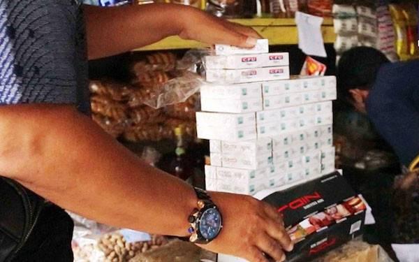 Operasi Pasar, Petugas Bea Cukai Jelaskan Cara Jual Rokok Sesuai Aturan - JPNN.com
