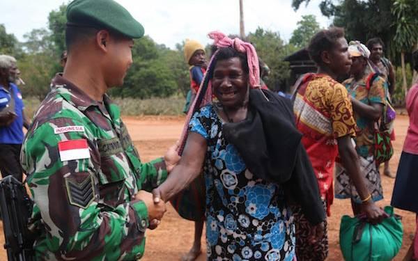 Prajurit TNI Senyum Humanis Sambut Kedatangan Pelintas Batas Warga PNG - JPNN.com