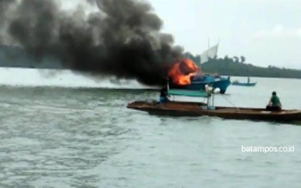 KM Karomah Terbakar di Tengah Laut, Begini Nasib Penumpangnya - JPNN.com