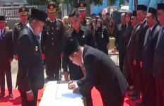 Hiii..Para Pejabat Ini Dilantik di Makam Keramat dan Sakral di Sampang - JPNN.com