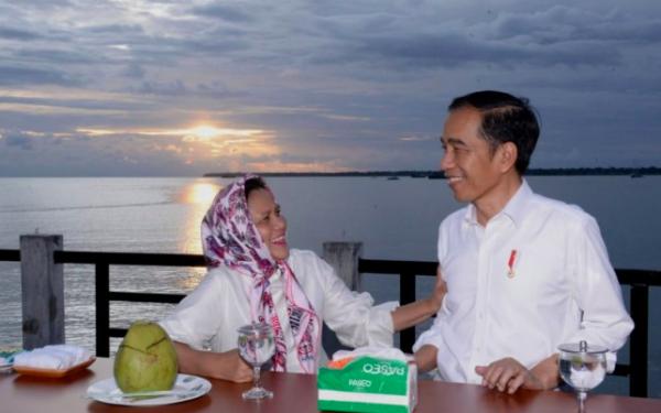 So Sweet, Lihat Nih Senja Romantis Jokowi dan Iriana di Kaimana - JPNN.com