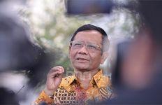 Penerbangan Mahfud MD Bermasalah, Netizen: Minta Helikopter, Pak Menko - JPNN.com