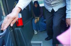 Perempuan Berhijab Itu Pucat Pasi Saat Tepergok Bawa Alat Kontrasepsi, Oh Ternyata.. - JPNN.com