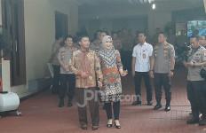 Pamer Kemesraan, Calon Kapolri Idham Azis dan Istri Sambut Komisi III DPR - JPNN.com