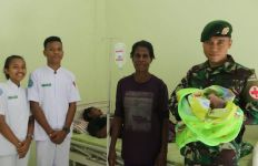 Anggota TNI Yonif 411 Kostrad Bantu Persalinan Warga Kampung Erambu Papua - JPNN.com