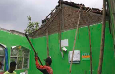 Bangunan Sekolah Rusak, Mendadak Satu Ruang Kelas Ambruk - JPNN.com