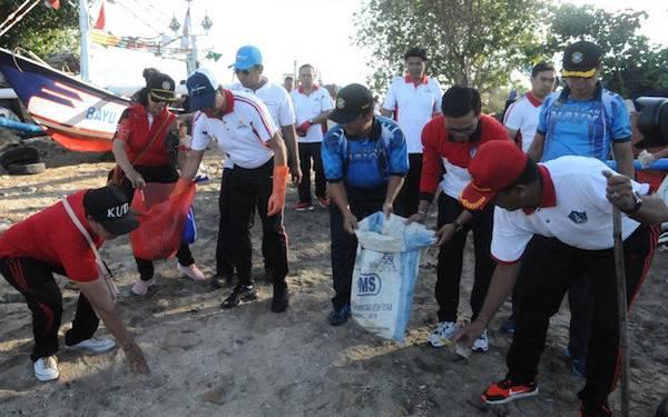 Prajurit Lanal Denpasar Ikut Gertak Bersih Pantai Kelan - JPNN.com