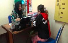 Gadis Muda Itu Tak Berkutik Saat Polisi Gerebek Rumahnya - JPNN.com