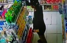 Perempuan Berbaju Hitam Itu Terekam CCTV Sedang Pegang Susu - JPNN.com