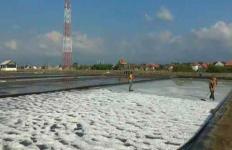 Musim Hujan Tiba, Petani Garam Mulai Gelisah - JPNN.com