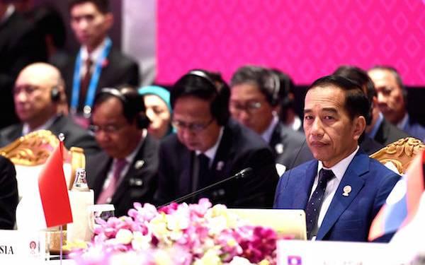 Jokowi Singgung Resesi Ekonomi di Forum KTT ASEAN Plus Three Bangkok - JPNN.com