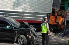 Truk Tronton Tabrak Mobil Rombongan Pengantin, Tujuh Orang Luka-Luka - JPNN.com