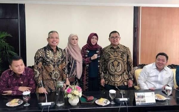 Batal Jenguk Ahmad Dhani, Mulan Jameela Sibuk Rapat dengan Fadli Zon