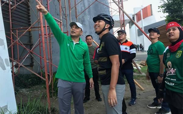 Kerja Bakti Bersama Bonek, Eri Cahyadi Koordinasikan Perbaikan Gelora Bung Tomo - JPNN.com