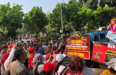 Minta Anies Transparan, Warga Jakarta Demo di Depan Balai Kota - JPNN.com