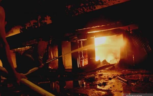 Mencekam, Kebakaran Melanda Pasar Ngunut Tulungagung, Ratusan Kios Hangus - JPNN.com